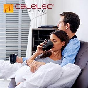 Pareja descansando en su sala con calefacción CALELEC